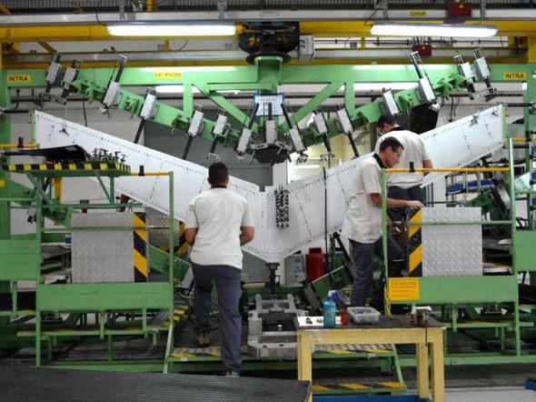 Processo de produção de um avião na Embraer, em São José dos Campos 16. Estabilizador