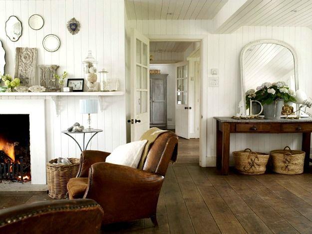 wohnzimmer coutry style brauner ledersessel holzkamin weiss
