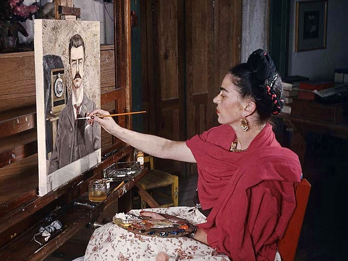 Frida Kahlo painting her father\'s portrait, 1951 by Gisèle Freund ...