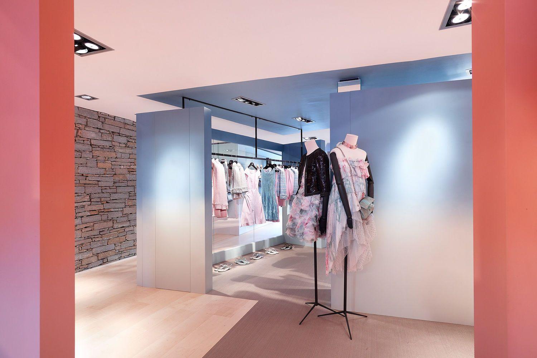 5e59253a41e1 Chanel in Courchevel | Merch Display | Store design, Retail design ...