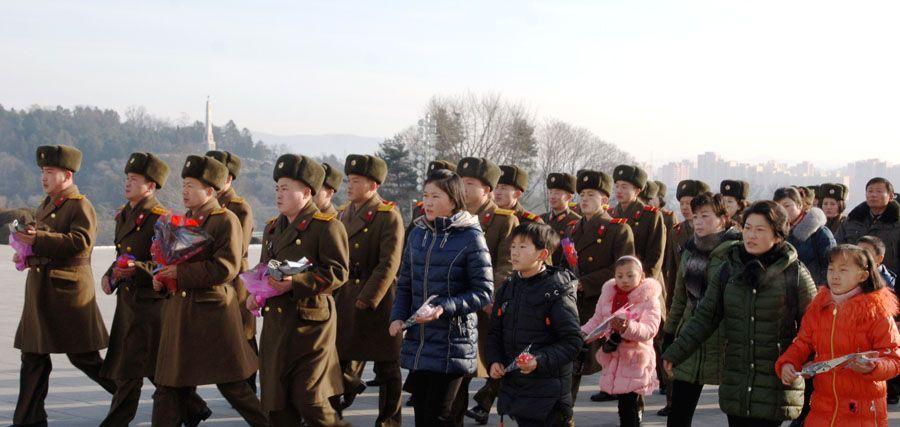 위대한 수령 김일성동지와 위대한 령도자 김정일동지의 동상에 설명절을 맞으며 인민군장병들과 각계층 근로자들, 청소년학생들 꽃바구니 진정
