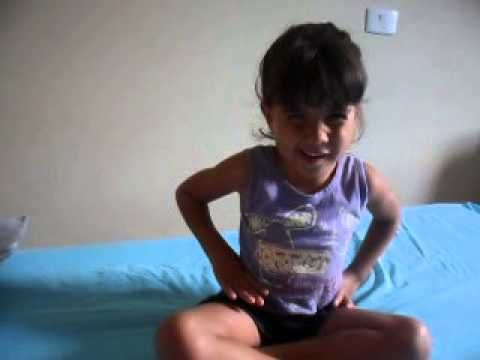 Isabelly cantando o pintinho