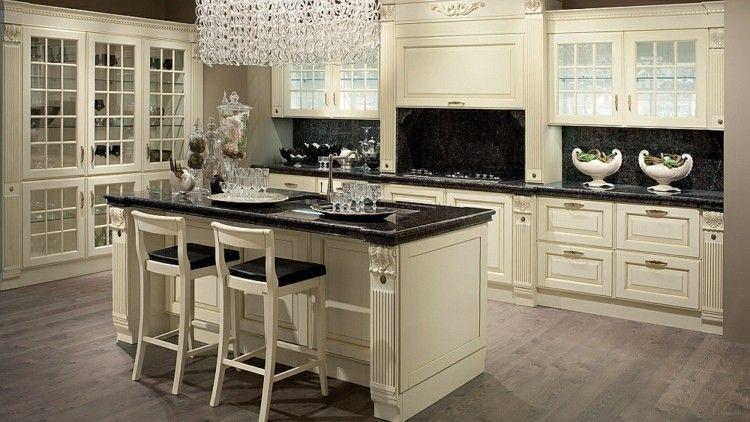 Kochinsel mit Essplatz und hohen Barstühlen in der klassischen Küche ...