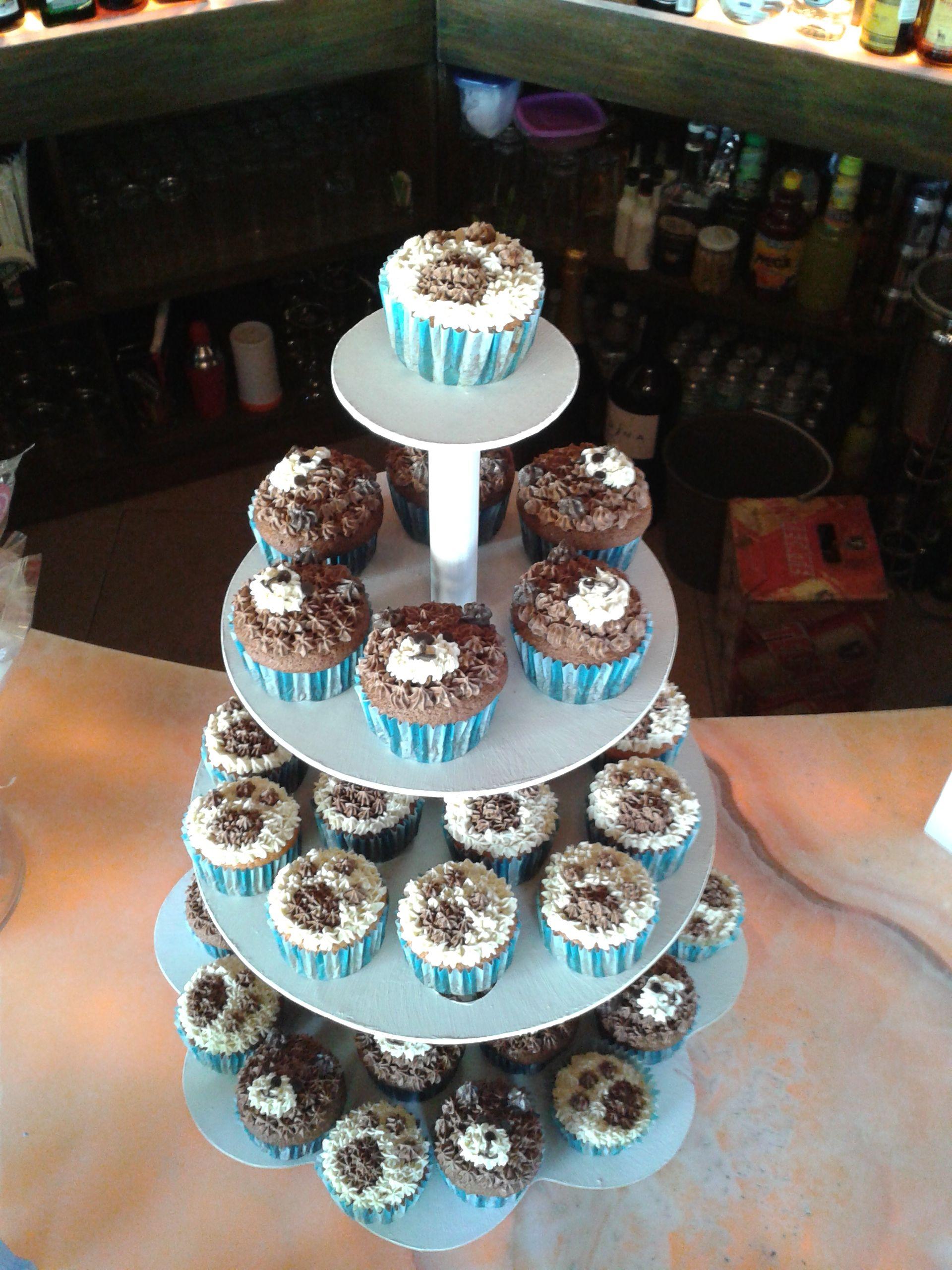 Cupcakes de osito y huella de oso para baby shower