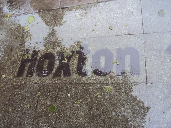 Hoxton pavements have the coolest of fonts which look so good in the rain via @MariaB074