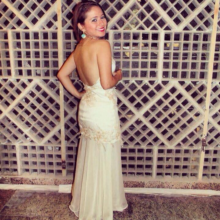 Parte de trás do vestido. Cor palha, com aplicações de renda. A saia do vestido pode ser retirada e o vestido ficar curto.