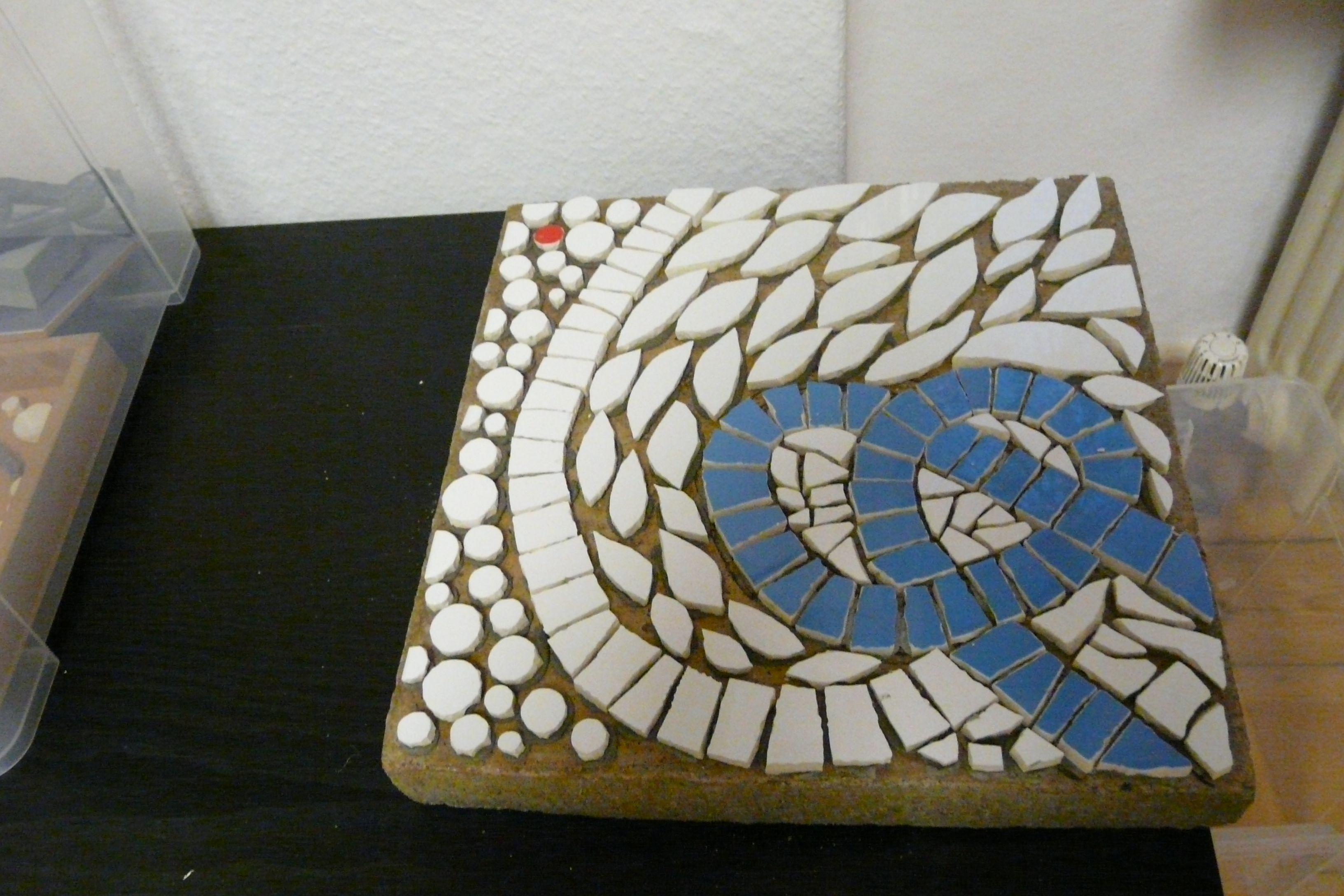 Gehwegplatte für den Garten, Mosaik in der Direkten Methode. Mosaik Workshop bei mosaicked-berlin.