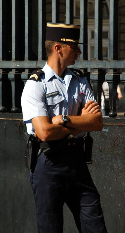image French brunette police officer