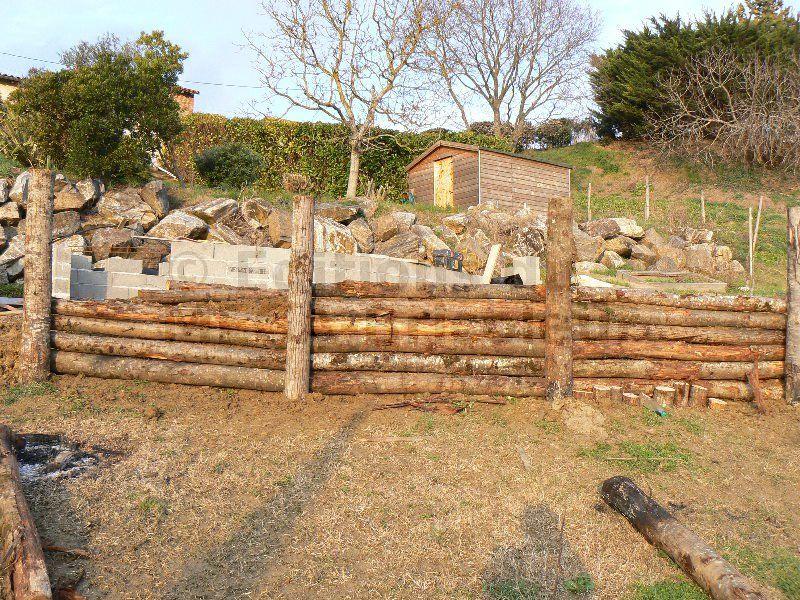 Construction de murs de soutènement en rondins de bois
