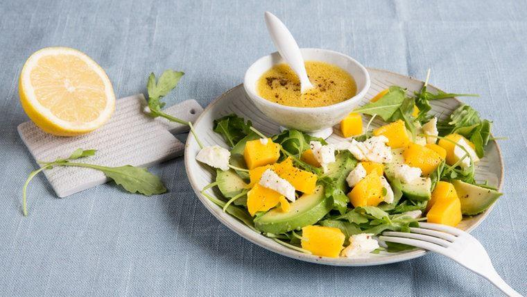 Salat mit avocado mozzarella