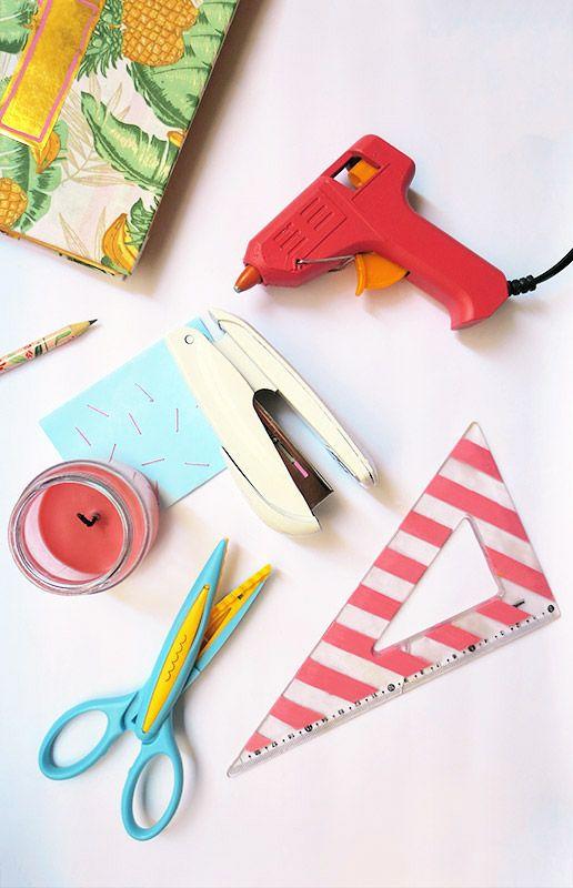 Veja como deixar seu escritório mais charmoso, customizando seus itens de papelaria.