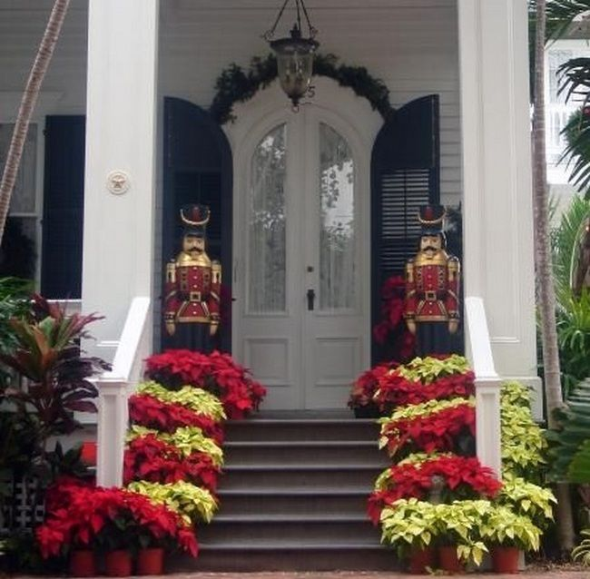 Amazing 40+ Poinsettia Plant Decor Front Porches_12 Great Ideas