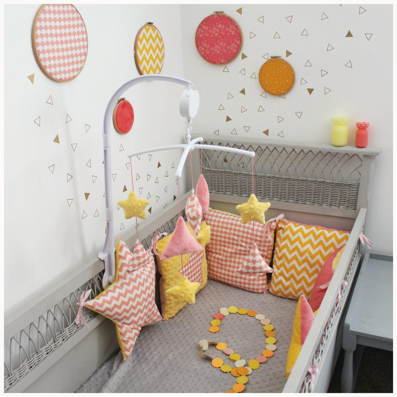 tour de lit étoiles et carrés thème étoiles corail et jaune