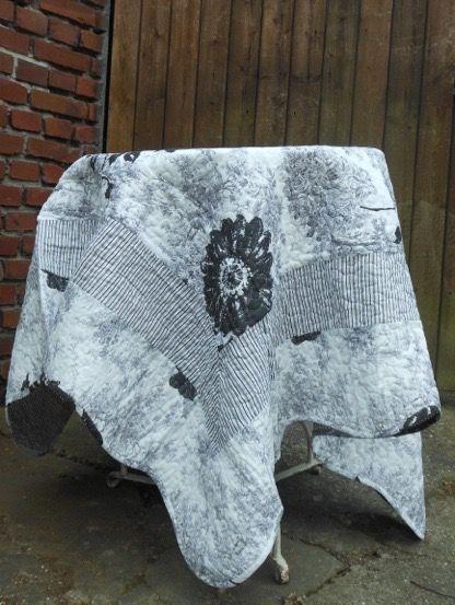 Romantik-Quist Tischdecke in Grau-Weiß