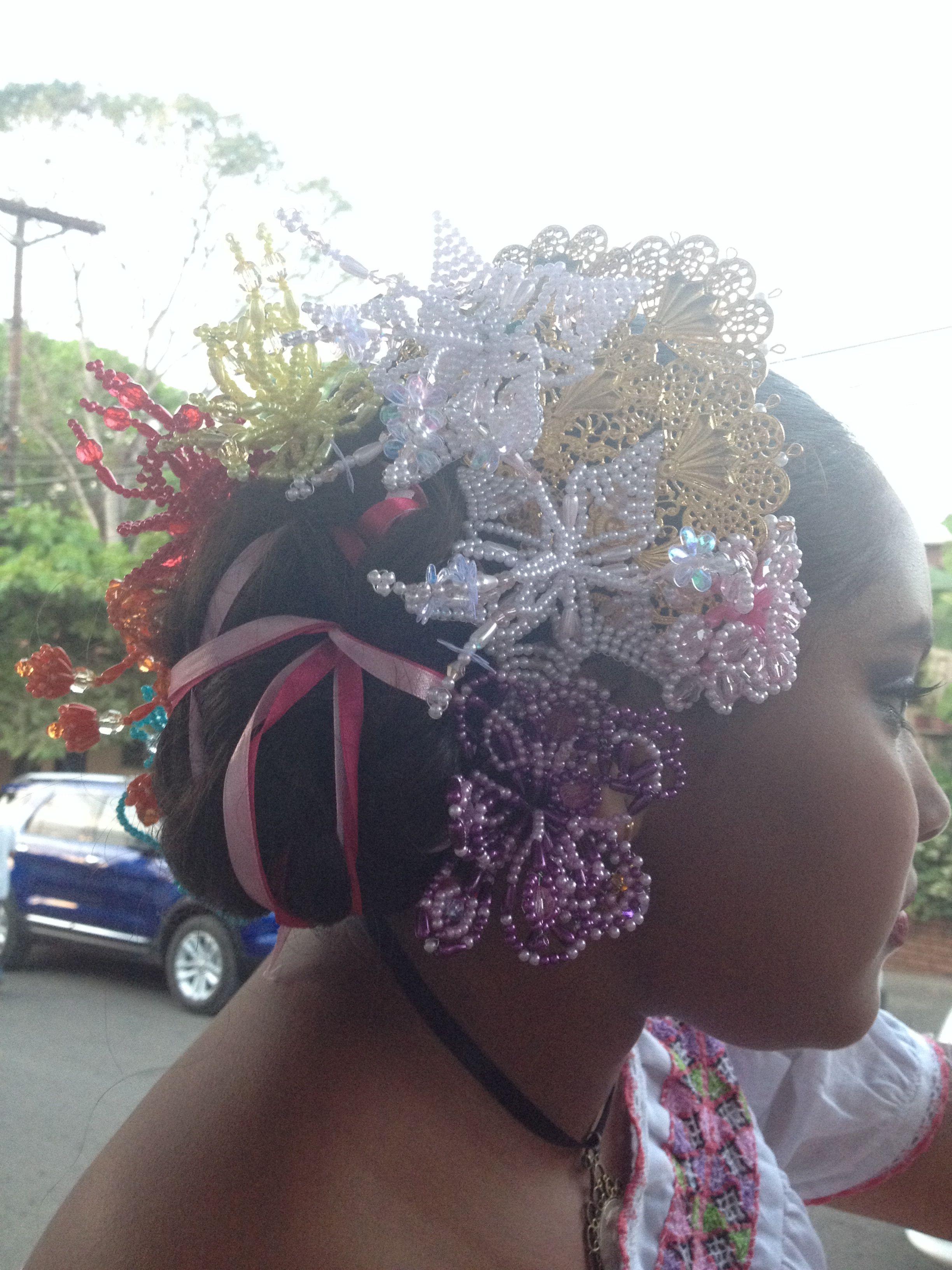 Peinado para Pollera Montuna de Camisola con cintas y tembleques de colores. Panamá