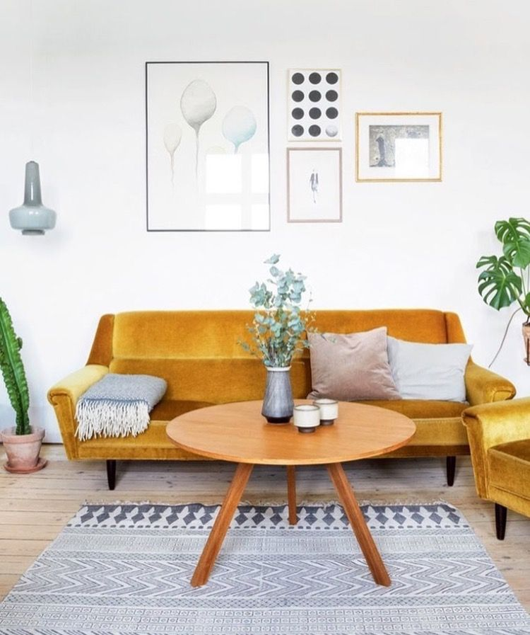 un canape en velours pour la douceur et du jaune pour le dynamisme voici un salon scandinave vintage qui a du charme