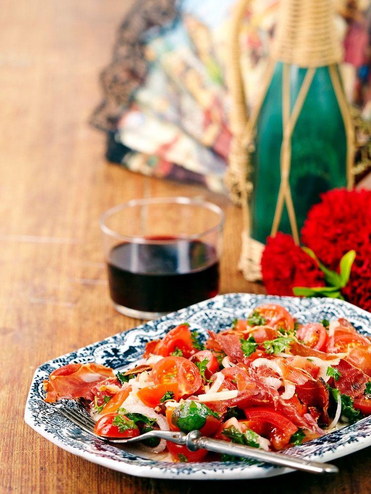 Espanjalainen tomaattisalaatti | K-ruoka Maukas espanjalainen jamón Serrano on paahdettu kuivaksi mehukkaassa tomaattisalaatissa. Salaatti maistuu sellaisenaan tai tuoreen leivän päällä vuohenjuuston kanssa.