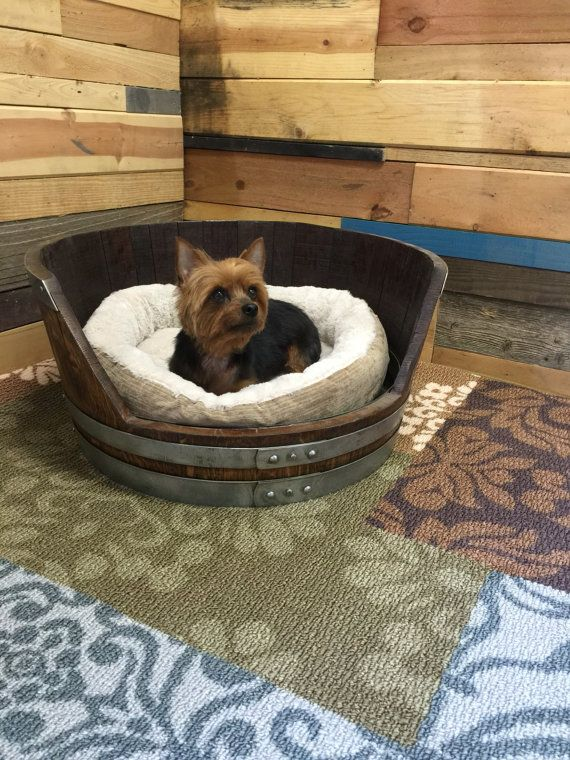 Personnalise Lit Pour Chien Tonneau De Vin Par Custombarreldecor Rustic Dog Beds Rustic House Whiskey Barrel