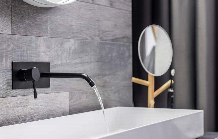 Rubinetto di colore nero per un bagno rivestito con piastrelle