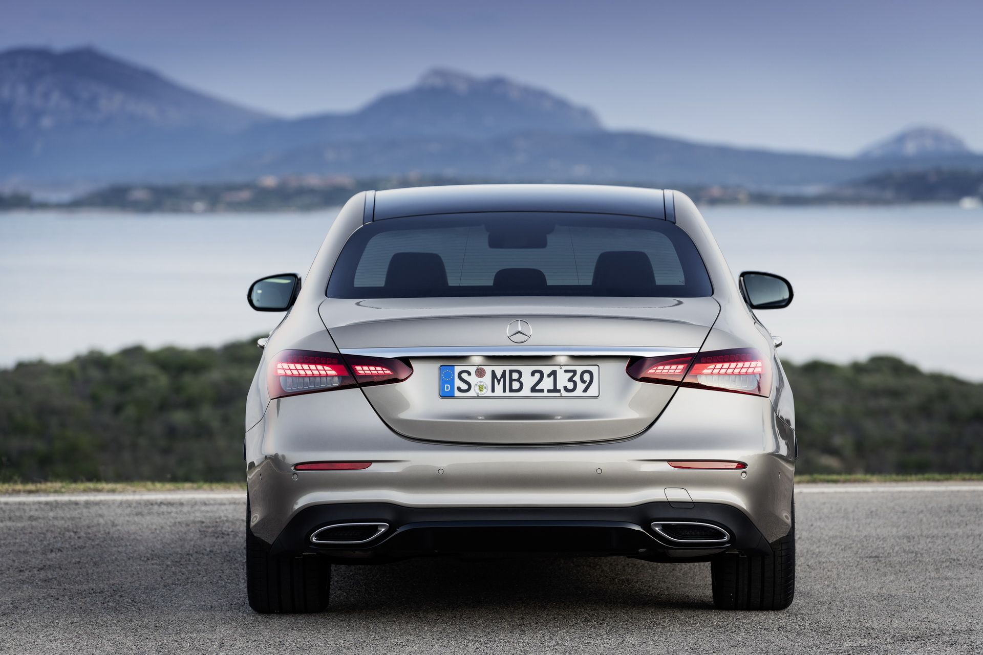 Mercedes Benz Gives 2021 E Class A Face And Tail Lift Along With New Straight Six Carscoops Benz E Mercedes E Class Benz E Class
