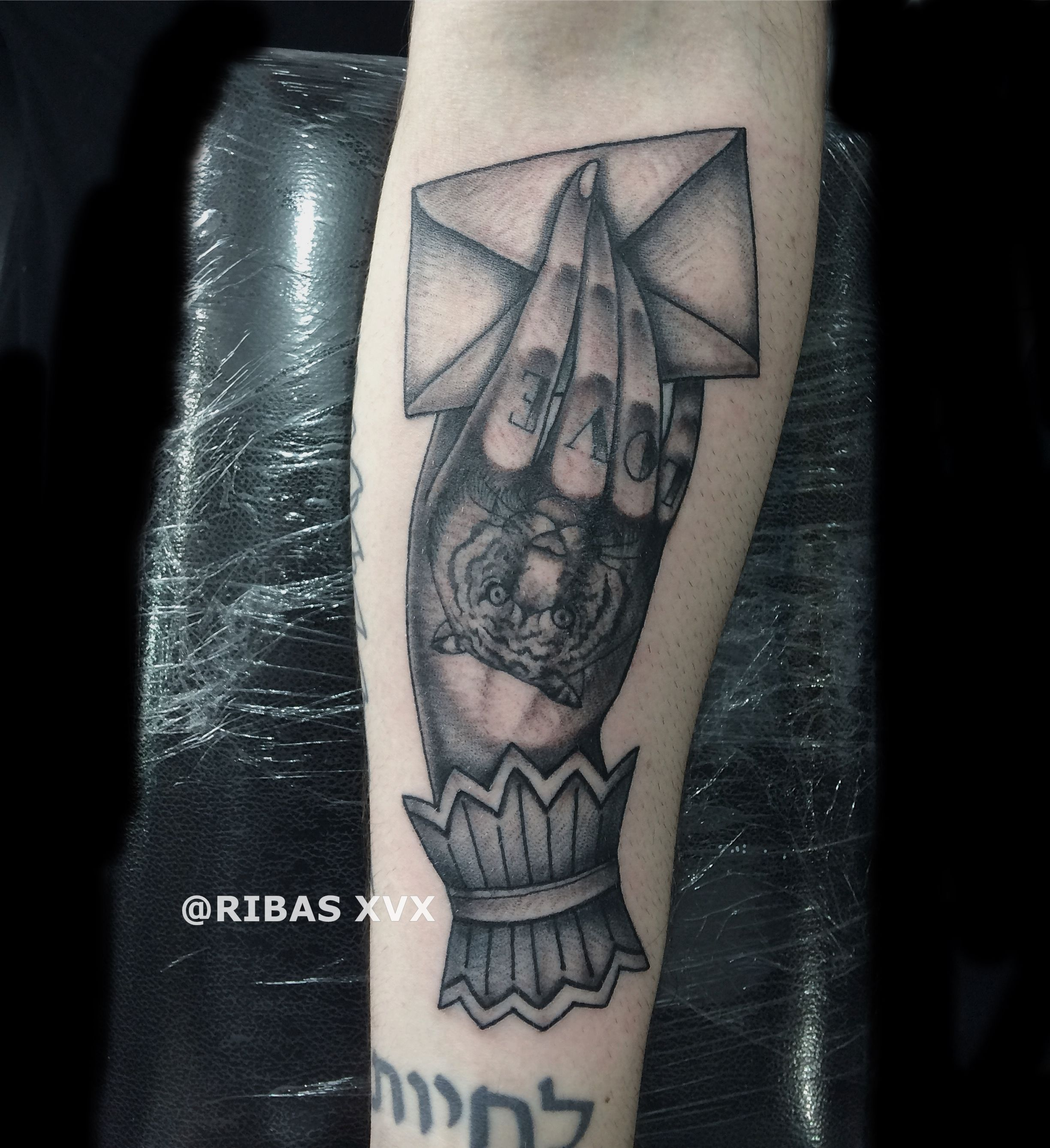 2b774ef62 Tatuagem mão segurando carta - hand holding letter tattoo tiger traditional  love black and grey - Ribas xVx