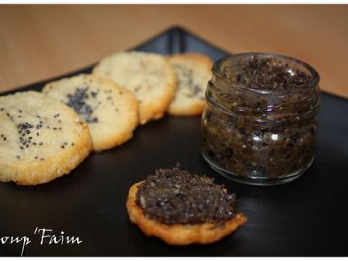 Une tapenade aux olives noires à étaler gracieusement sur des petits sablés parmesan, on adore ! - Recette Apéritif : Tapenade et sablés parmesan ... par Coup' Faim