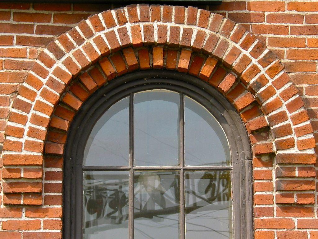 фото кирпичных домов с арочными окнами воды