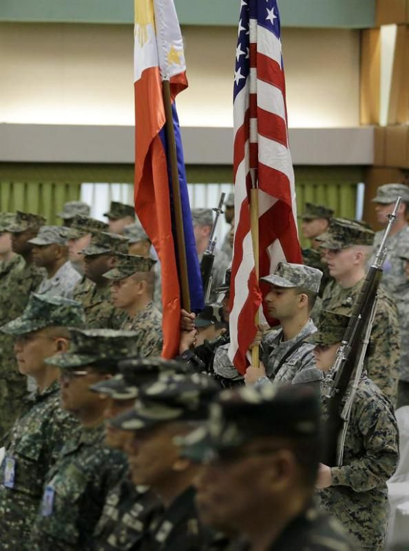 RIT07. Manila (Philippines), 19/04/2015.- Military troops from the Philippines and United States hold up their respective national flags during opening rites of the Philippines-US Exercise Balikatan in Quezon City, east of Manila, Philippines, 20 April 2015. The Philippines and the United States on 20 April 2015 began one of their largest joint military training exercises in years amid increasing tensions with China over its reclamation activities in the disputed South China Sea. A total of…