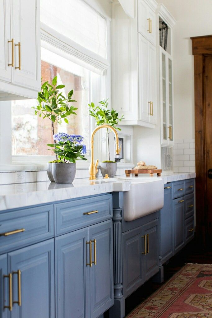 Love The Blue With White Uppers Gold Accents Window Becky Owens Blue Copper Kitchen Kitchen Inspirations Kitchen Renovation Kitchen Cabinet Design