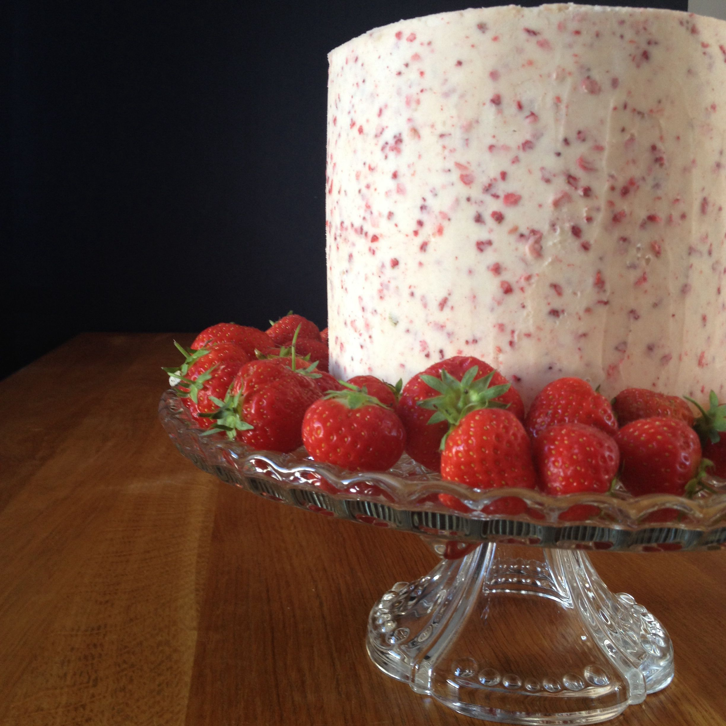 Strawberry cake: strawberry cake with vanilla buttercream and jam filling. Coated with strawberry (freeze-dried) buttercream.