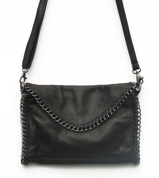 Bolso negro, de piel, adornado con cadena alrededor del mismo.Puede colgarse con tira de piel extraible en su caso.Medidas 25 ancho por 17 alto.