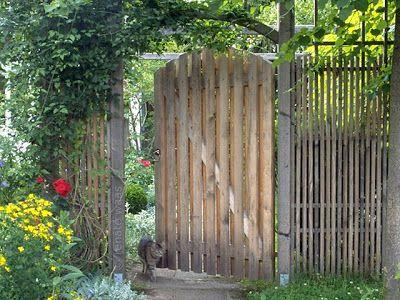 Alte holzleiter als pflanzenstnder auf terrasse etiquette t - Gartentor selbstbau ...