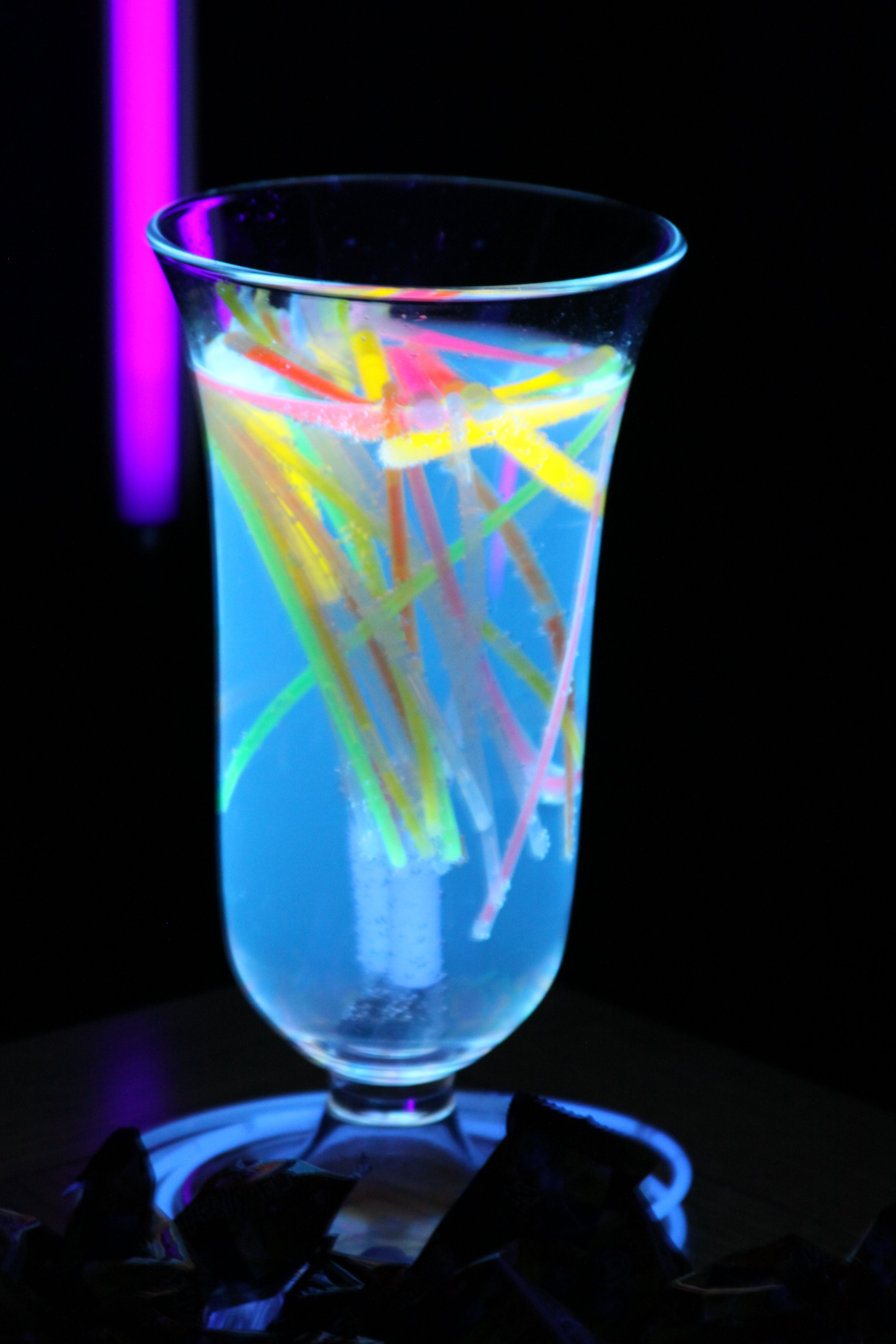 Black light party centerpiece tonic water glows in the for Glow in the dark centerpiece ideas