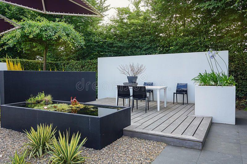 Mooi tuinidee foto over grint huis stoel vijver patio