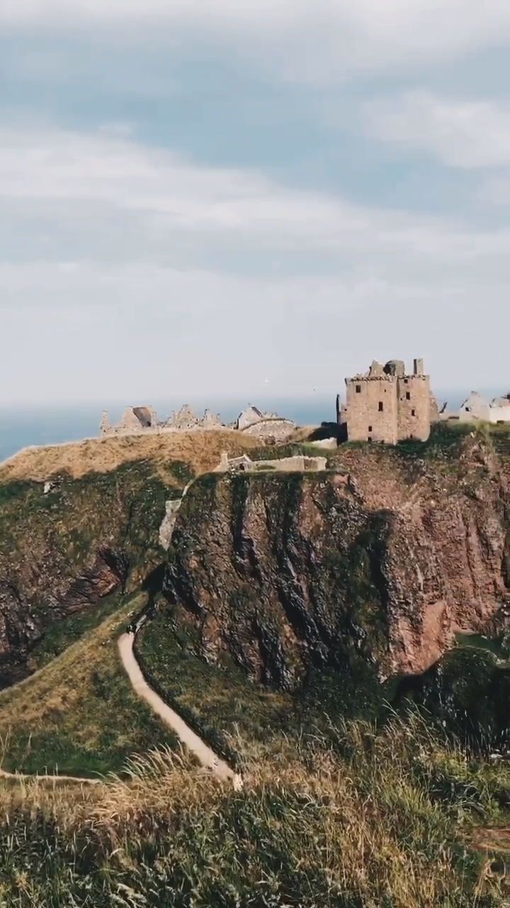 Wondering what to do in Scotland? Check out Scotland's beautiful castles. Click through to find out how to get around Scotland, what to do and more in this Scotland travel guide. // PIN FOR LATER // #scotland #travel #scotlandtravel #castlesofscotland #dunnottarcastle