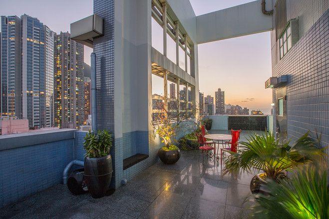 香港の高層ビルにあるメゾネット型ペントハウス 屋上から夜景を一望