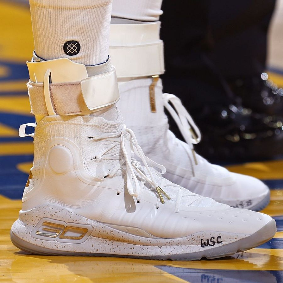 2523fb961f5 Stephen Curry 穿着的 Under Armour Curry 4