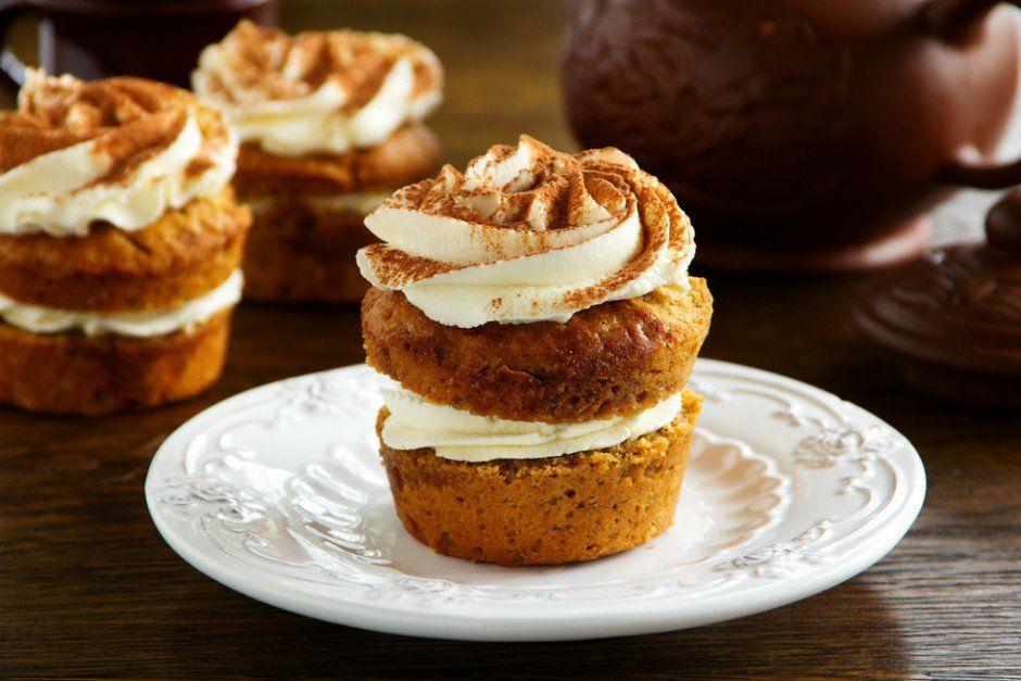Havuçlu tarçınlı cupcake tarifiyle, o çok sevdiğimiz havuçlu keki minik porsiyonlar halinde pişiriyor ve ortasını krem şantiyle dolduruyoruz.