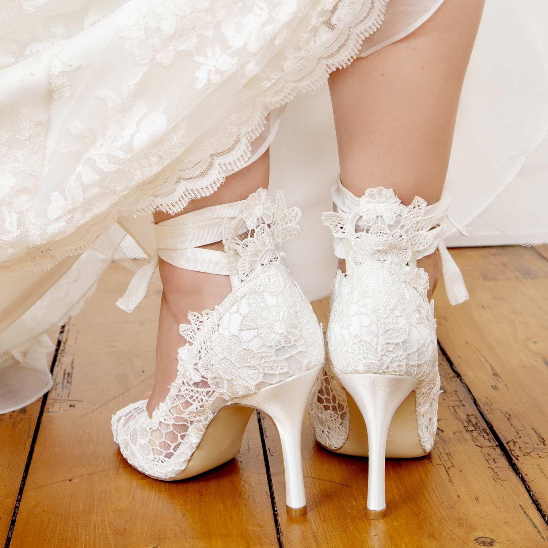 eae2606bcaf9e5 Chaussures mariage dentelle ruban à lacer   mariage   Escarpin ...