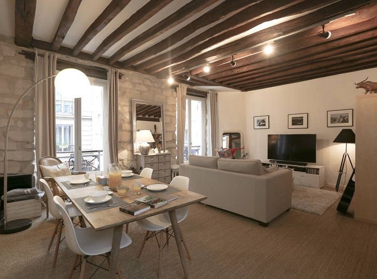 Travi legno soffitto bianco illuminazione moderna sala da pranzo