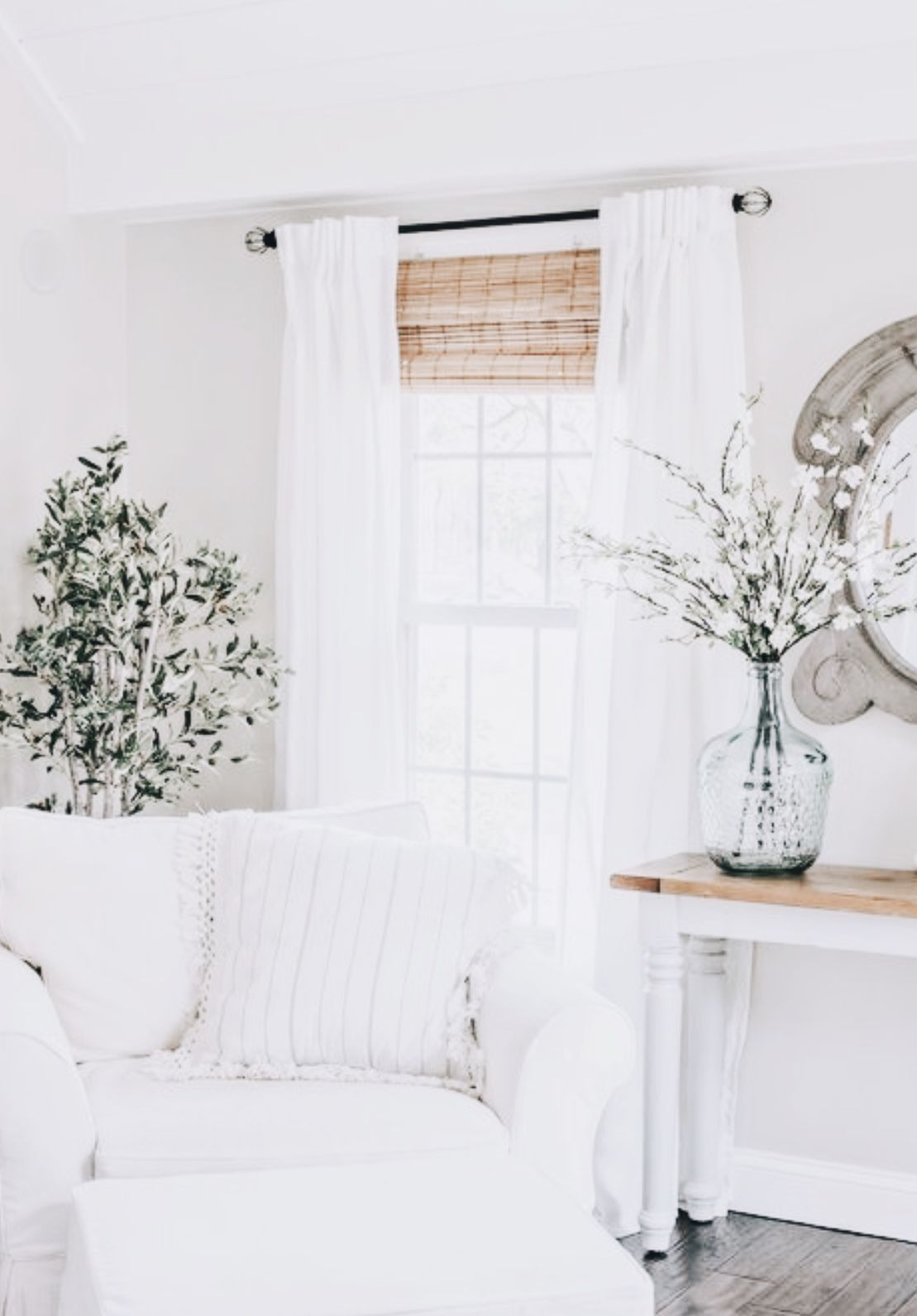 So lovely white interior home inspiration house - How to decorate white walls in living room ...