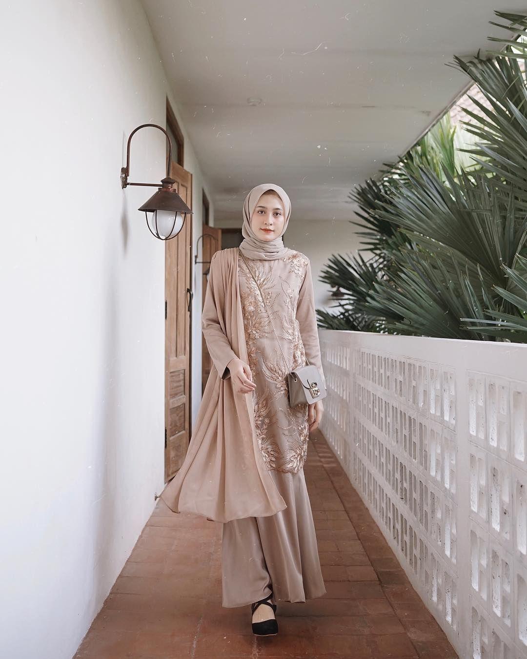 Image May Contain 1 Person Standing Gaun Perempuan Pakaian Pernikahan Pakaian Pesta