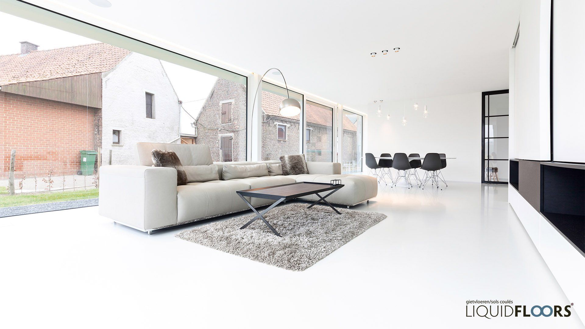salon living woonkamer in nieuwbouw wit interieur met pu gietvloer ...