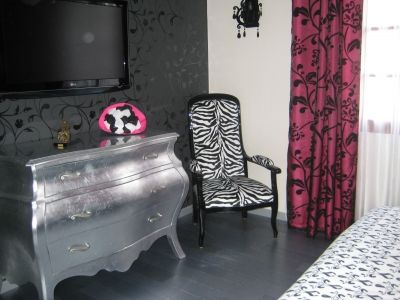 Chambre romantique baroque blanc noir fuchsia vous for Style romantique meuble