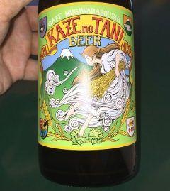 三鷹の森ジブリ美術館にはテイクアウトメニューに風の谷のビールという品があるんですよ パッケージには ナウシカ いや風の谷の住民か 髪の長い女の子が描かれています 右端には麦わら帽子のマークもあって可愛い こちらはテイクアウトメニューで ピルスナーと