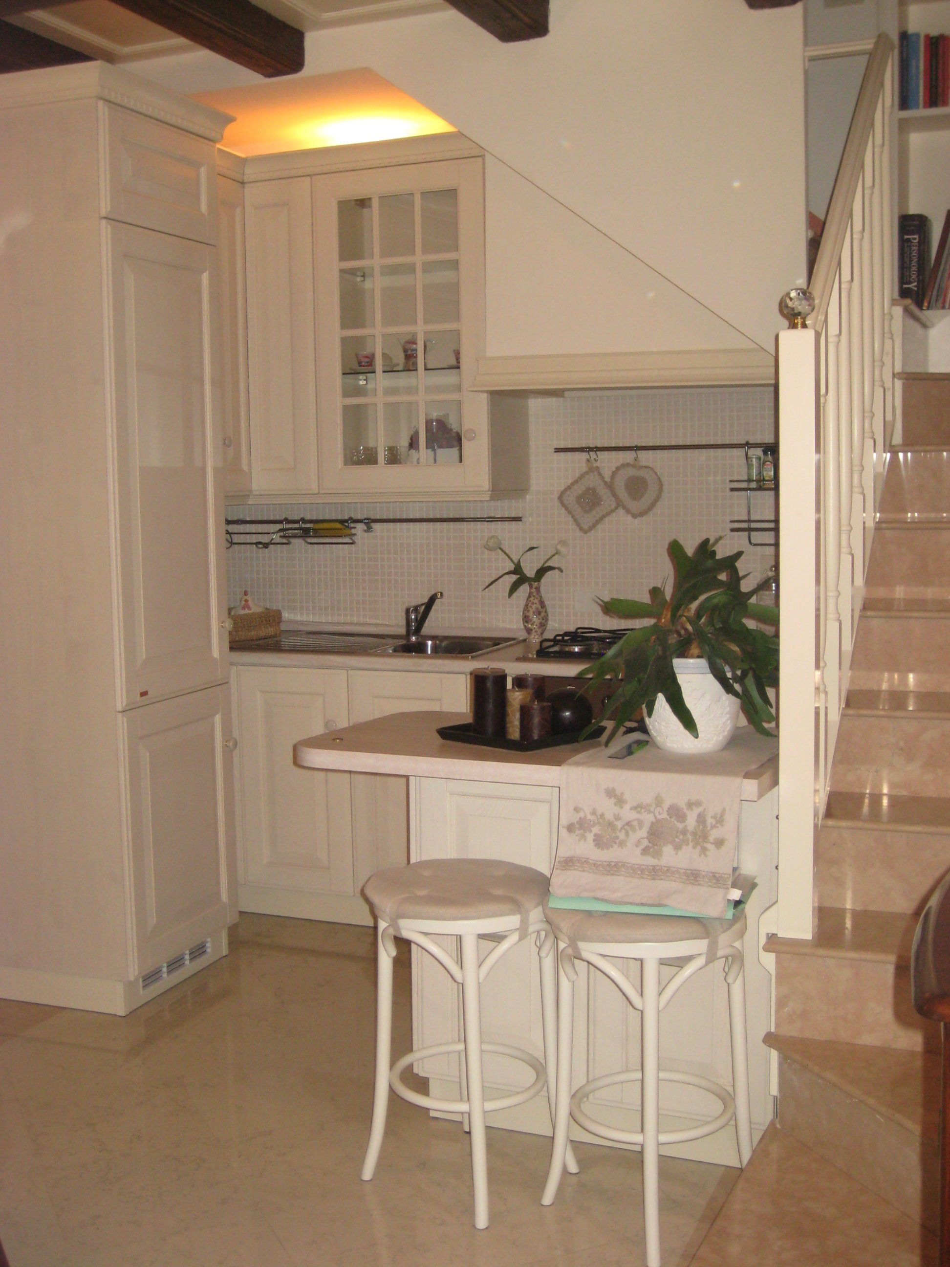 Cucina bianca sottoscala chic scavolini classica baltimora - Cucina classica bianca ...