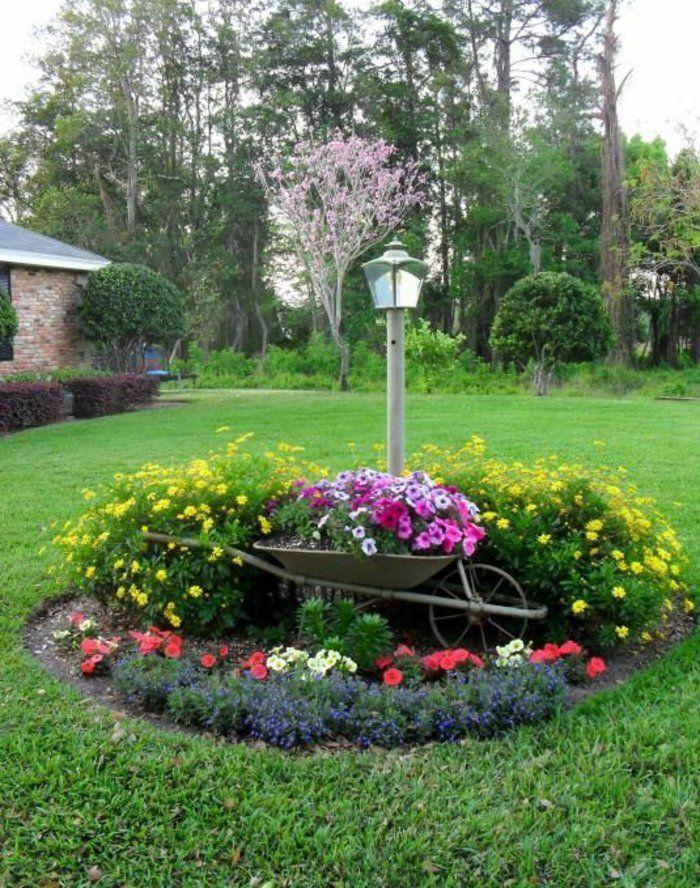 parterre de fleur en forme ronde sur une pelouse fleurs plant es dans une brouette clairage. Black Bedroom Furniture Sets. Home Design Ideas