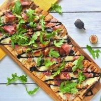 Grilled flatbread with figs, prosciutto and arugula
