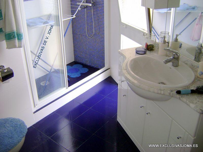 Reforma de ba o con plato de ducha realizado de obra con for Modelos de banos con plato de ducha