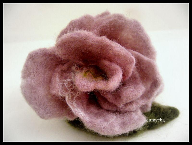 Filcowany Na Mokro Kwiat Broszka Roza Www Robotkowyswiatmychy Blogspot Com Felt Flowers Felt Flowers